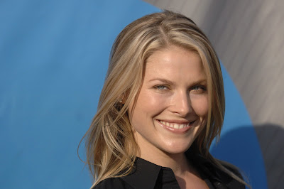 Ali Larter Shows Off Her legs