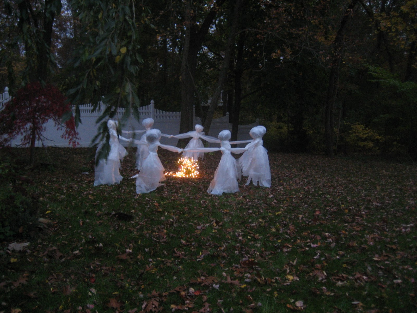 2014 lawn ghost tutorial new ideas the pink pixie for Yard cutouts