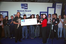 Serah terima sumbangan ITB 79 untuk ITB, disampaikan ke Rektor ITB Dr. Kusmayanto Kadiman, 2004