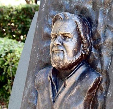 Il monumento a Gerald Durrell nel parco di Corfù Town. Foto di Andrea Mangoni.