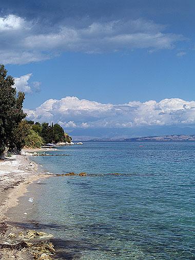 La costa orientale di Corfù, nei pressi di Aghios Ioannis. Foto di Andrea Mangoni.