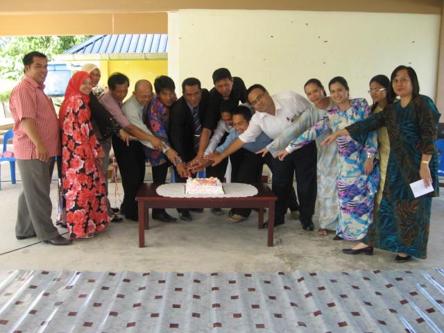SELAMAT HARI GURU... para guru memotong kek Hari Guru sempena majlis ...