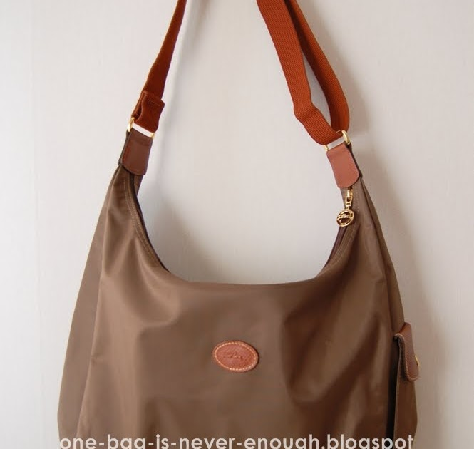 0a529c754b5e Satu beg tangan tak akan cukup  Longchamp Le Pliage Hobo bag in Taupe