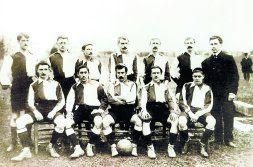 Una alineación de la temporada 1902-03. Juanito Astorquia, como siempre, posa con el balón