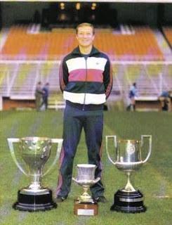 Manolo posando en San Mamés con algunos de los trofeos logrados por el Athletic Club de Bilbao.
