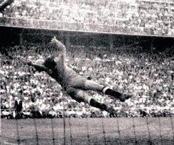 El portero sevillano Busto no alcanza el balón propulsado de volea por Ignacio Uribe