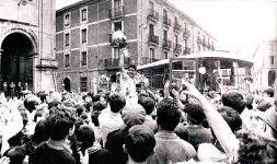 Luis Mari Echeverría, capitán rojiblanco, saluda a los aficionados que aclaman al equipo en Orduña