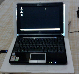 Asus Eee PC 1000H compared to an Apple MacBook