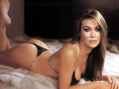 hot babe Carmen Electra looking more hotter in this bikini