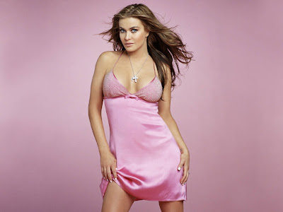 The pretty hot babe Carmen Electra a beautiful sexy pink dress