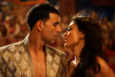 Kareena and Akshay lock lips for ten steamy kisses in 'Kambakkht Ishq'
