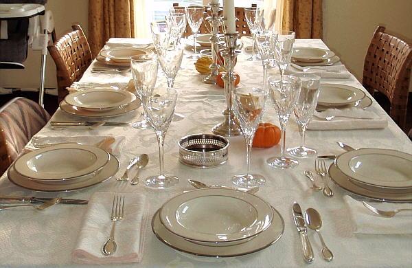 El arte de poner la mesa vida social for Orden de los cubiertos en la mesa