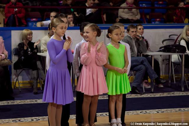 Три пары призеров ожидающе объявления результатов соревнований по спортивным танцам в рамках Belarus Open Championship в  Минске, Беларусь 13.11.2010