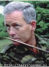Kapitein BID Harry Jongen ruikt aan de ....