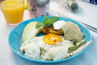 salviavoissa paistettua kananmunaa