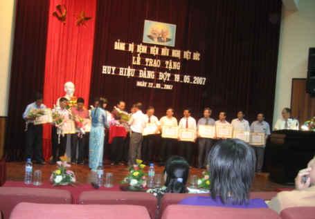 Bệnh viện HN Việt Đức-Trao tặng huy hiệu Đảng