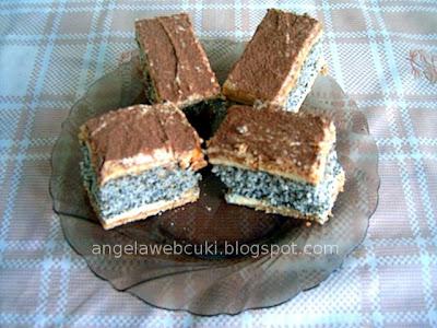 Francia mákos sütemény, mákos piskótával, mézes lapokkal, vaníliás krémmel, tetején darabolt dióval és reszelt csokoládéval.