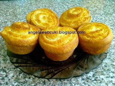 Kókuszos csiga muffin sütőben sütve, kelt tésztás sütemény, kókusztejes krémmel.