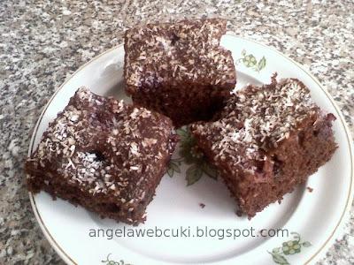 Szedres kevert sütemény, kakaós szedres vagy meggyes tésztával, lekvárral lekenve, kókuszreszelékkel leszórva.