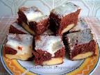 Pudingos merülős sütemény, kevert, kakaós tésztával, vanília pudingos krémmel, tejfölös cukormázzal leöntve.