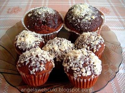 Csupa csoki muffin, csokoládé tésztával, meggyel töltve, olvasztott csokoládéba mártva, végül reszelt fehér csokoládéval megszórva.
