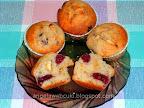 Fehér csokoládés meggyes muffin, vanília pudingos tésztával, rumba vagy rumaromába áztatott meggyel töltve.