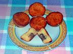 Kókuszos mézes muffin, kókuszos bon-bon darabkákkal töltve.