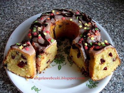 Egyensúly kuglóf aszalt meggyel, tejtermék mentes, kevert tésztás sütemény, marcipán ízű cukormázzal, valamint színes cukorral és csokoládémázzal.