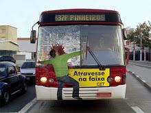 ATRAVESSE NA FAIXA DE PEDESTRES