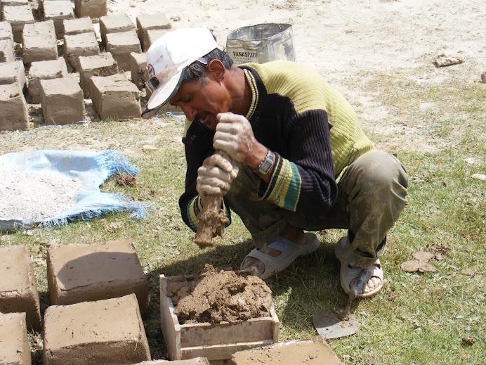 so werden Lehmziegel hergestellt