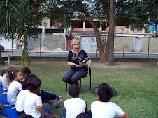 Contando histórias no gramado da nossa escola