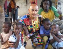 Pedro Parcet y niños  en la casa de los artistas