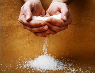 Unas manos vierten sal