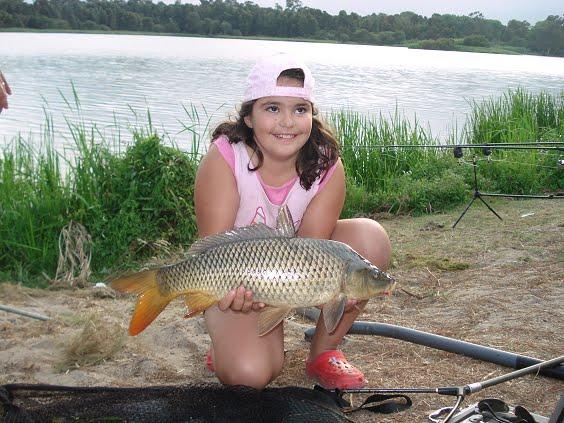 Esta menina queria muito tirar uma foto com uma carpa e prometi a ela e aos pais publicá-la aqui