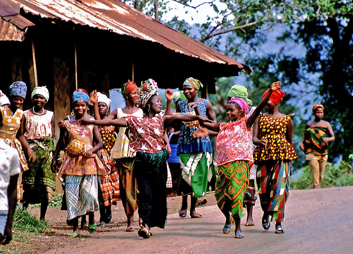 Bundu women on Dama Rd in Kenema