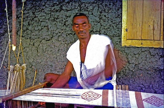 master weaver Pa Brima Daru of Daru