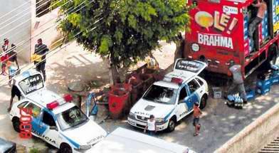 PMs retiram caixas de cerveja de caminhão da Brahma