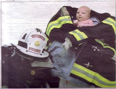 Los bomberos rescataron al bebé atrapado