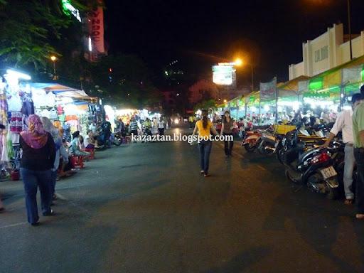 pasar malam ini berdekatan dengan Benh Thanh Market ]