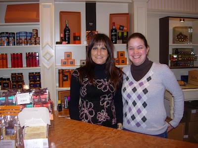 Nathalie y Andrea, dealers de chocolate del belga. Sonrisa garantizada en la Grand Place