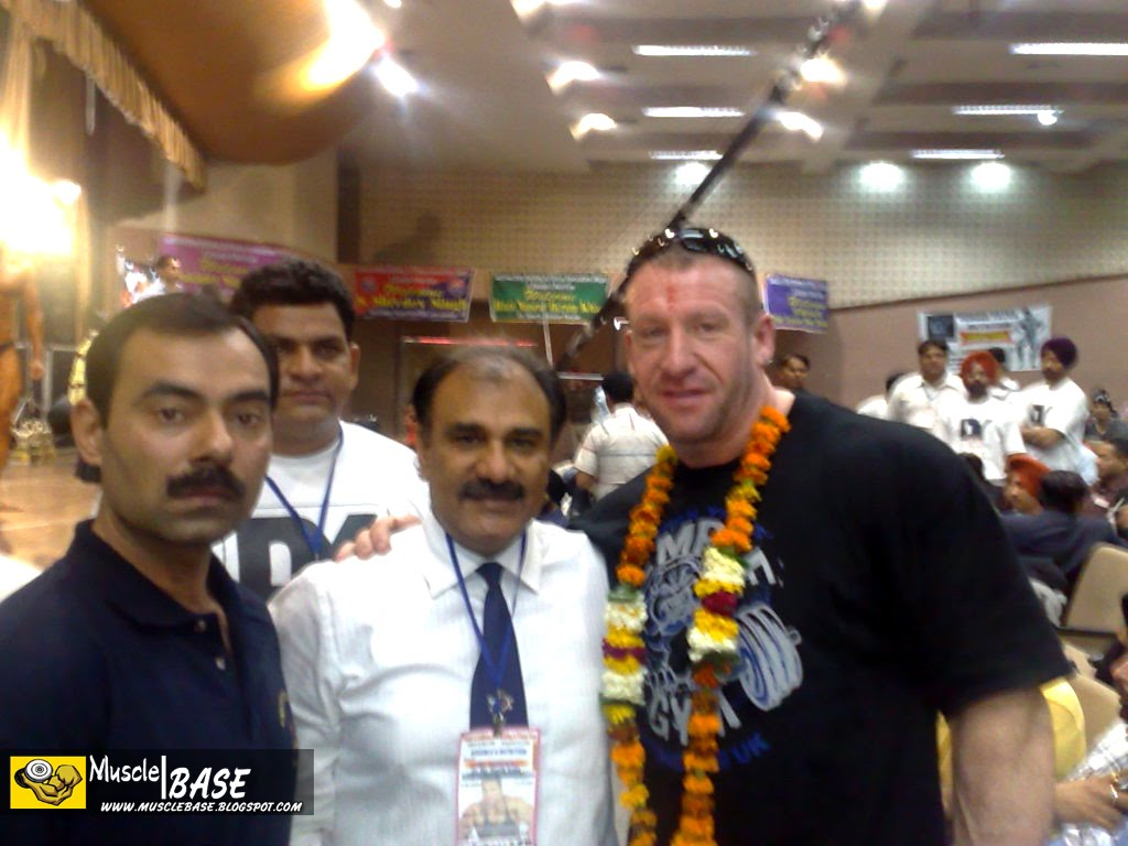http://4.bp.blogspot.com/_mC1TEdZ4gks/S91qx-sBxSI/AAAAAAAAKJI/mQxCEnUMtoc/s1600/Dorian%20Yates%20In%20India%20At%20Punjab%20Contest%202009%20-%2001%20-%20www.Musclebase.Blogspot.com.JPG