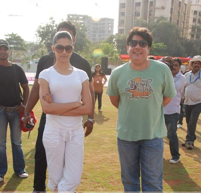 deepika padukone in cricket match played role in houseful movie cute stills