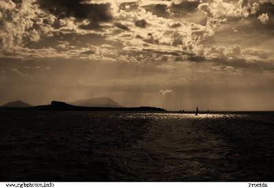 Fotografia dell'isola di Procida in controluce