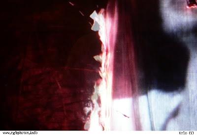 fotografia in atmosfera dark, tratta dalla televisione, di donna che urla. panasonic lumix dmc-fx7