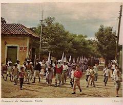 Calles de tierra en la Ureña de 1950. Procesión de Semana Santa en Abril;