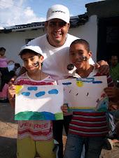 Hector Fabio García, coordinador de areas de la fundación con algunos de los niños.