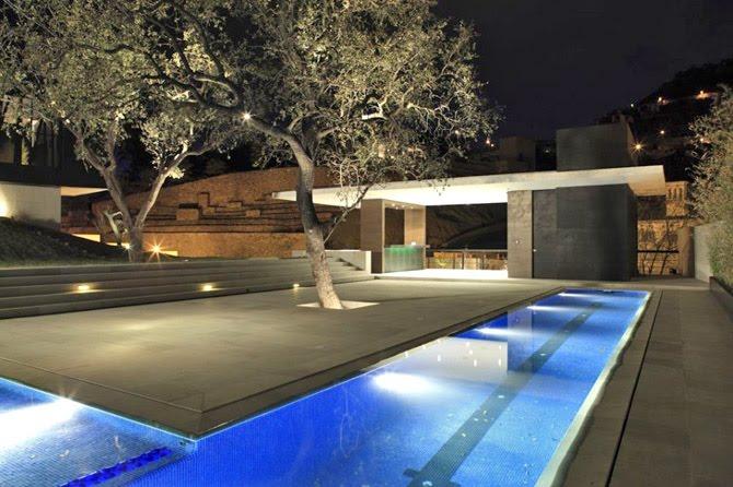 Casas minimalistas y modernas luces de piso para fachadas for Luces modernas