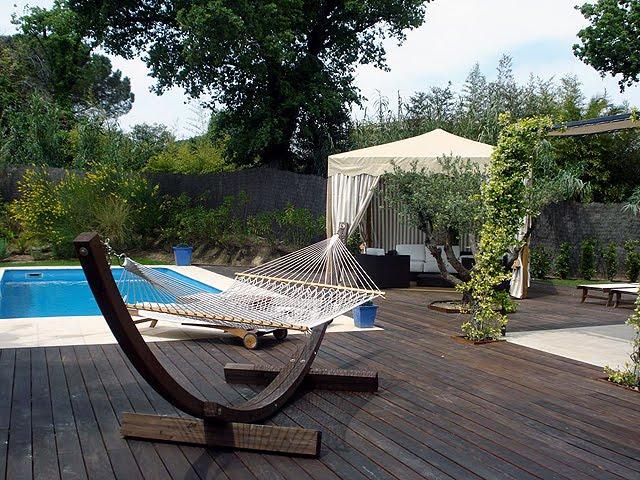 Estilo rustico los bordes de piscinas rusticas for Bordes decorativos para piscinas