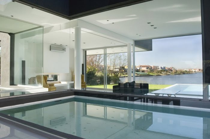 Casas minimalistas y modernas piscinas cubiertas e internas for Piscinas modernas minimalistas