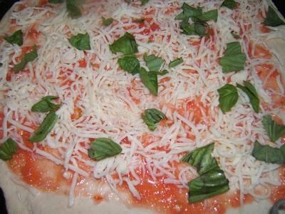 Pizza margarita fina con masa madre líquida
